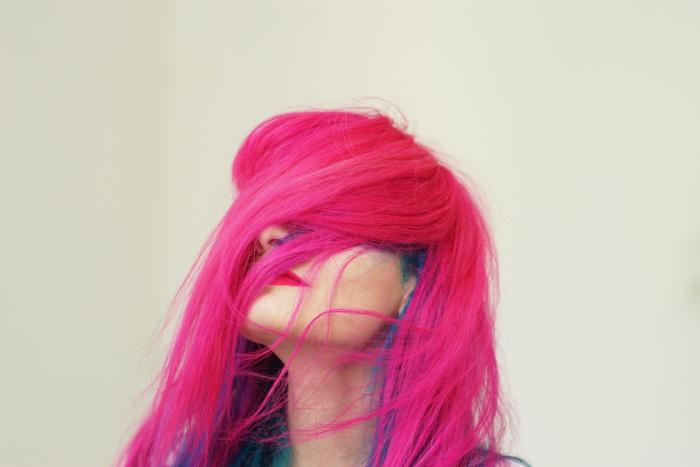 Ich mit meinen Haaren vor dem Gesicht, vor allem die Augen sind verdeckt.