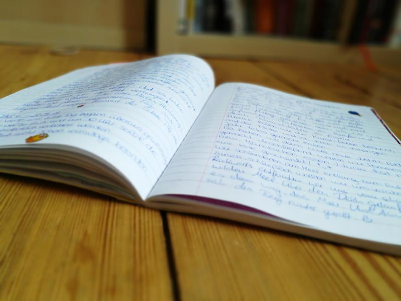 Aufgeschlagenes Reisetagebuch mit handschriftlichen Aufzeichnungen.